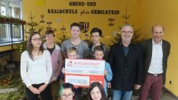 Auf dem Foto einige teilnehmende Schüler mit Werner Peters vom Bürgerdienst e.V. und Günter Mehles, dem Schulleiter der Grund- und Realschule plus Gerolstein