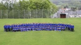 Unser Foto zeigt die Jugendabteilung anlässlich eines gemeinsamen Fototermins auf der Walsdorfer Sportanlage. Die JSG Vulkanland bedankt sich bei allen Sponsoren, die zum Gelingen dieses Projekts beigetragen haben.