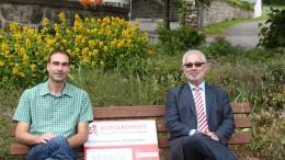 Unser Bild zeigt Ortsbürgermeister Elmar Malburg, links und rechts Werner Peters, Bürgerdienst e.V. anlässlich der Spendenübergabe in Birgel