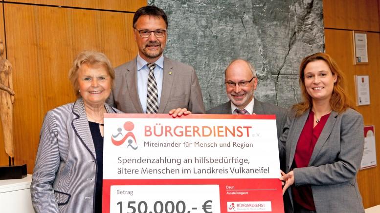 Der BÜRGERDIENST e.V. übergibt Landrat Thiel den Spendenscheck in Höhe von 150.000 Euro für die Erfüllung von Herzenswünschen älterer, hilfsbedürftiger Menschen im Vulkaneifelkreis (v.l.n.r. Doris G. Lepper, 1.Vorsitzende des BÜRGERDIENST e.V., Landrat Heinz-Peter Thiel, Erwin Borsch, 4. Vorsitzender des BÜRGERDIENST e.V., sowie Andrea Rätz-Schröder, 2. Vorsitzende des BÜRGERDIENST e.V.)