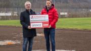 Unser Foto zeigt von links nach rechts: Werner Peters (Bürgerdienst e.V.) bei der Spendenübergabe an Hans Peter Böffgen (I. Vorsitzender SV Gerolstein) im neuen Diskusring auf der Baustelle in Gerolstein.