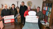 (vlnr) Werner Peters (Bürgerdienst e.V.), Georg Fox (stellvertretender Vorsitzender des Verwaltungsrates, Pfarrer Paul Eich, Helmut Lescher und Gerhard Röhl, Mitglieder des Verwaltungsrates hinter dem Symbol der neuen Glocke, die den aktuellen Spendenstand zeigt. Über die Hälfte der 30.000 € Gesamtkosten sind bereits zusammen.