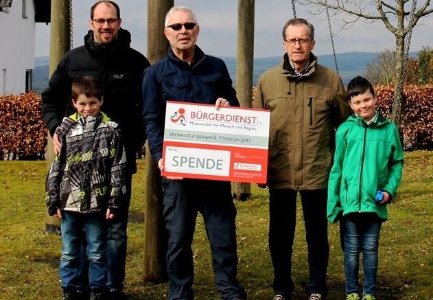 """Unser Bild zeigt von links nach rechts: Tim Weber, Dominik Weber (Mitglied des AG """"Kinderspielplatz Büscheich"""", Werner Peters, Bürgerdienst e.V., Oswald Weber (Ortsvorsteher Gde. Büscheich) sowie Robin Bisenius"""
