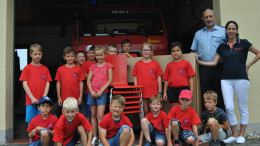 Das Foto zeigt einige Kinder der Bambini-Feuerwehr Osann-Monzel mit Wehrführer Stephan Christ und Sabine Christ, die die Bambini-Feuerwehr betreut.