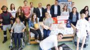 Schülerinnen und Schüler der Fachoberschule Gesundheit präsentieren die neu angeschafften Pflegehilfsmittel bei der symbolischen Spendenübergabe