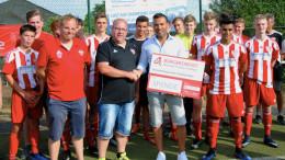 Die Übergabe des Schecks erfolgte durch Tyrone Winbush, Vorstandsmitglied des Bürgerdienstes, im Rahmen des HS-Cups auf der Sportanlage in Strohn. Mario Kläs nahm die Spende im Namen des JFV-Vorstands entgegen.