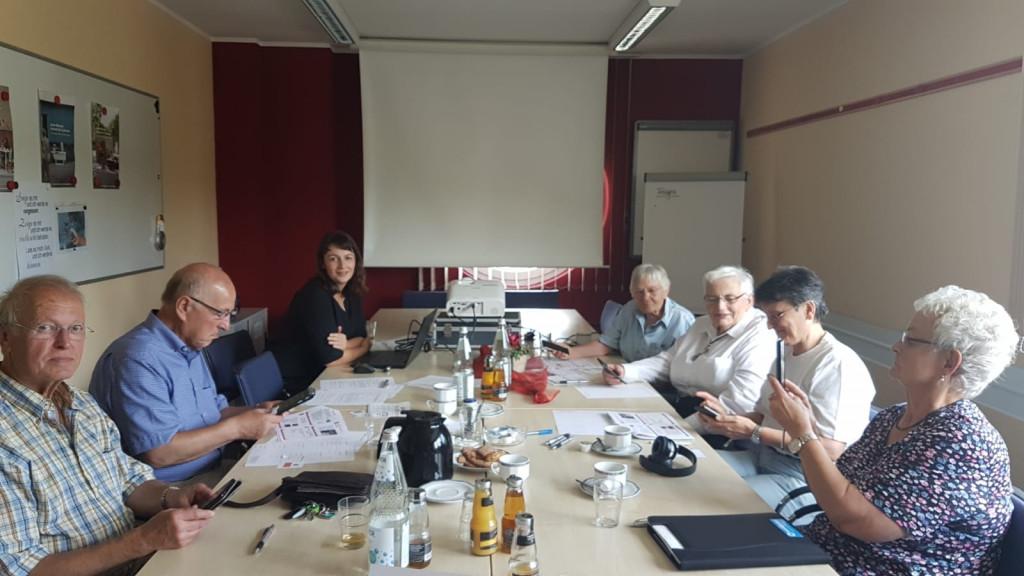 Einsatz für das neue Notebook und den Beamer: Justine Wittge (3.v.l.; unterstützt ehrenamtliche das Projekt) mit interessierten Senioren in der ersten Smartphone-Sprechstunde