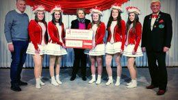 Doris G. Lepper (Vorstandsvorsitzende des BÜRGERDIENST e.V.) bei der symbolischen Spendenübergabe beim Karnevalsgesellschaft KG Mau - Mau Neunkirchen 1952 e.V.