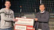 Rüdiger Herres (Verbandsgemeinde Daun) mit Tyrone Winbush (Bürgerdienst Lepper e.V.) bei der symbolischen Spendenübergabe.