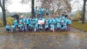 Unser Bild zeigt Schülerinnen und Schüler der Grundschule Neroth und links hinten Werner Peters, Bürgerdienst Lepper e.V., sowie daneben Anke Brausch, Leiterin Grundschule Neroth.