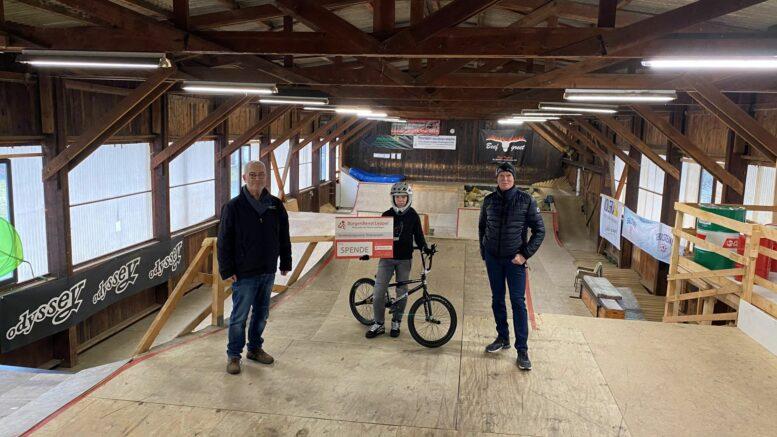 Unser Bild zeigt von links nach rechts: Werner Peters, Bürgerdienst Lepper e.V., Tom Clemens mit 15 Jahren schon ein Spitzensportler auf dem BMX Parcours in Rheinland-Pfalz und darüber hinaus sowie Vater Guido Clemens